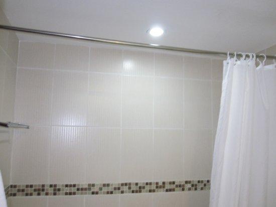 Mondial Hotel Hue: Shower