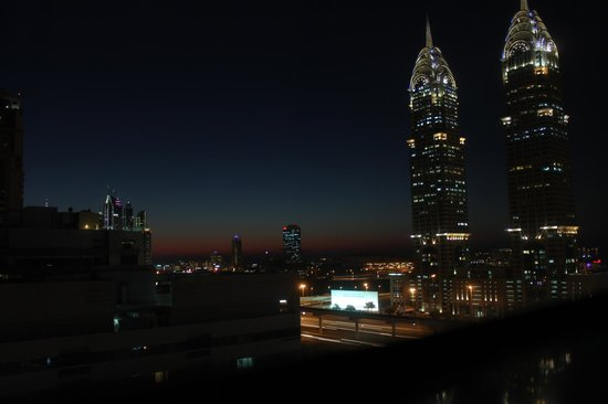 Auris Metro Central Hotel Apartments: Night view from our window