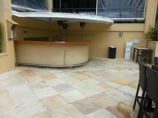 Mercure Gold Coast Resort: Pool bar