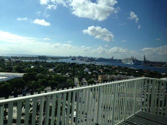 Pier Sixty-Six Hotel & Marina: watching cruise ships