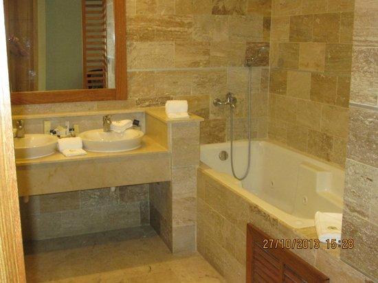 Cofresi Palm Beach & Spa Resort: Junior suite bath.