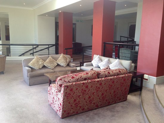 Protea Hotel by Marriott Port Elizabeth Marine: Comfortable sitting area with bar close by
