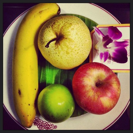 Empress Hotel: Fruitplate in the room