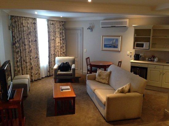 Protea Hotel by Marriott Port Elizabeth Marine: Lounge area in room