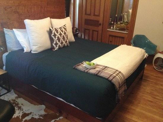 Made INN Vermont, an Urban-Chic Bed and Breakfast: The king size bed!