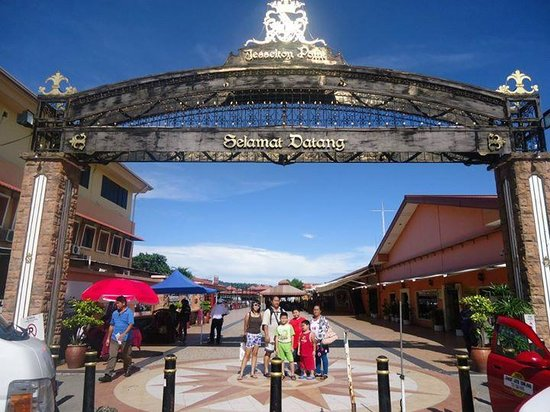 Mamutik Island: at Jesselton Point, buying tickets and renting snorkel apparatus