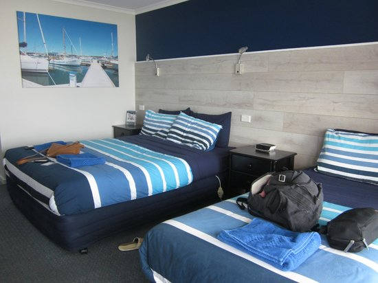 Apollo Bay Waterfront Motor Inn: garden view room, queen bed and a single