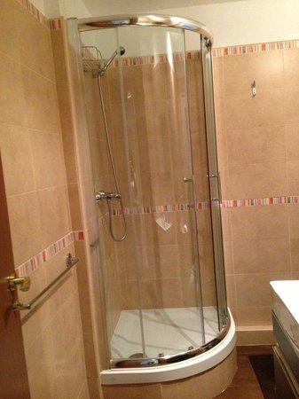 Barcelona Central Garden Hostel : Our nice shower