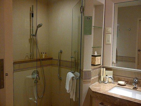 Shangri-La's Rasa Sentosa Resort & Spa: Nice shower box