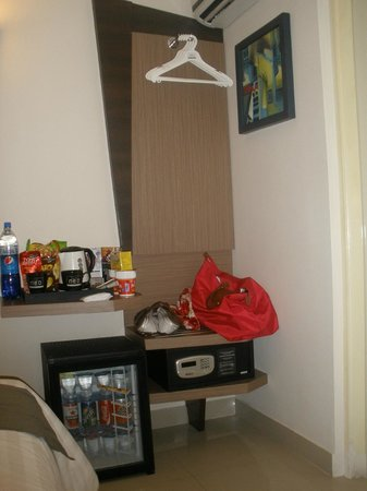 Hotel Neo Kuta Jelantik : Minibar in room.