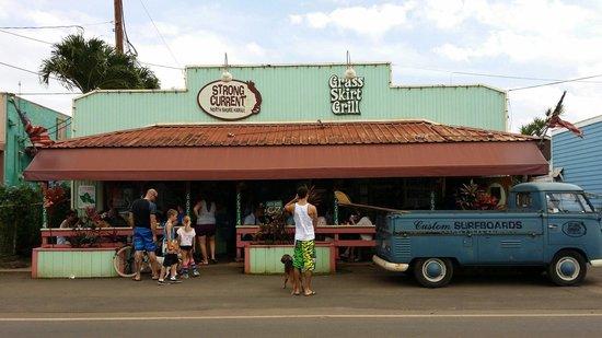 Grass Skirt Grill: Le restaurant est à droite