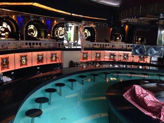 Angeles Beach Club Hotel: swim up bar at ANGELES BEACH CAFE
