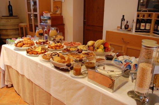 Relais Villa Grazianella - Fattoria del Cerro : breakfast buffet