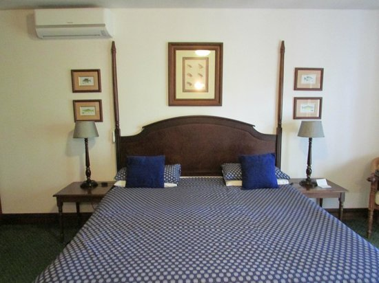 Far Hills Country Hotel: The King Size magical bed....
