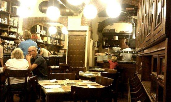 Pizzeria del Ticinese: Внутри очень уютно