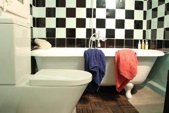 Awa Barcelona Central Hostel: bathroom