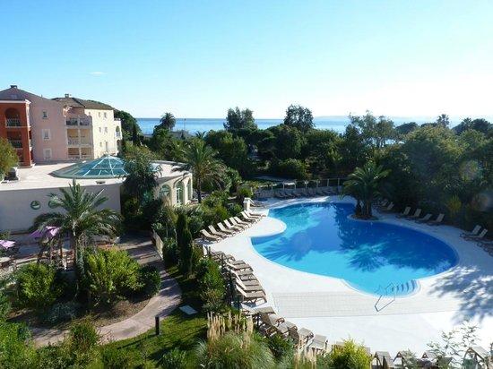 Pierre & Vacances Premium Résidence Les Calanques des Issambres : Vue mer et piscine