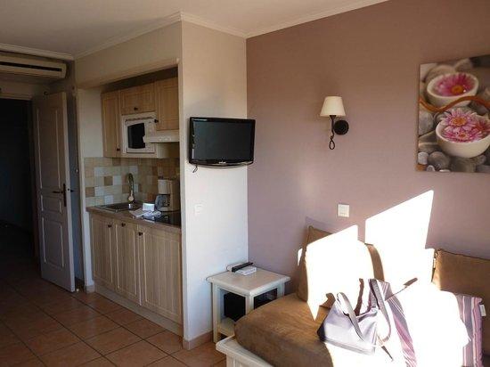 Pierre & Vacances Premium Résidence Les Calanques des Issambres : Espace salon / cuisine