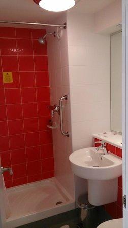 Travelodge Barcelona Poblenou: Bathroom