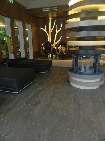 Cavallino Bianco Family Spa Grand Hotel: zona relax delle piscine