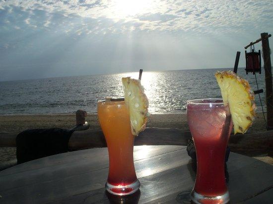Moonwalk Lanta Resort : коктейль на закате