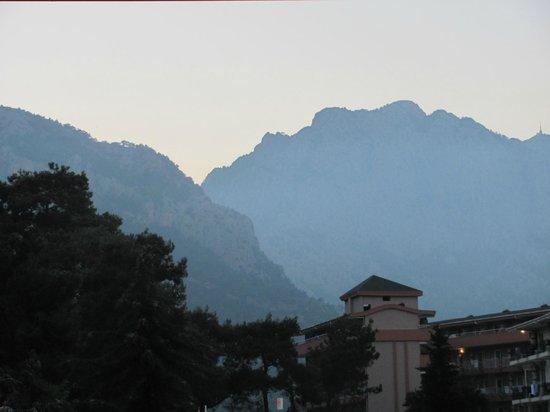 Belvista Hotel: Вид с балкона столовой на корпус 4 и горы