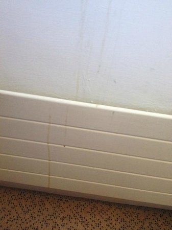 Clyde Court Hotel : Stains on the wall