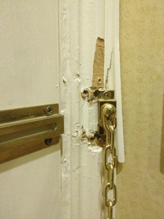 Clyde Court Hotel : The security chain - room seems to have been broken into a couple of times...