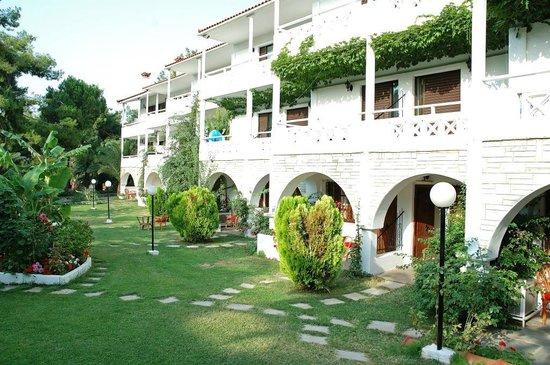 Hotel Porfi Beach: Garden