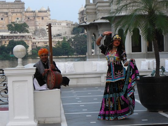 Taj Lake Palace Udaipur: Open air bar opens to another courtyard
