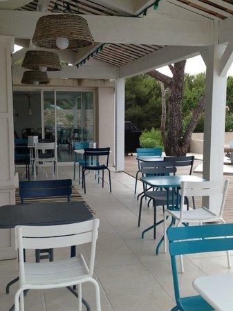 La Singuliere : La terrasse, lieu idéal pour prendre le petit déjeuner avec une vue imprenable sur la Méditerran
