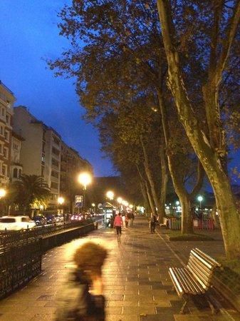 Barceló Bilbao Nervión: ホテル近くの川べり
