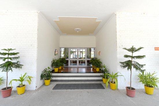 Neelkanthi Yatri Niwas: Hotel & grounds