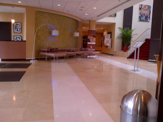 Renaissance Woodbridge Hotel: entry with modern look and feel