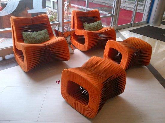 Renaissance Woodbridge Hotel: Funky Chairs