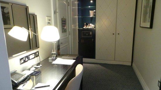The Waldorf Hilton London: nice room