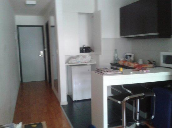 Massini Suites: cocina y entrada