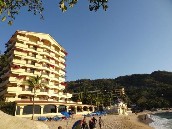 Costa Sur Resort & Spa: отель со стороны пляжа