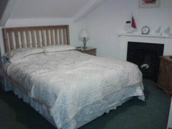 Number Seven Guest House: Large comfy bed.