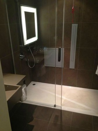 Novotel Leeds Centre: shower room