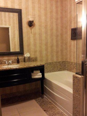 Oxford Suites Boise: Luxrious... marble floor, soaking tub, spa toiletries