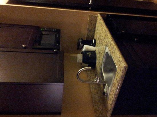 Oxford Suites Boise: Mini kitchen...
