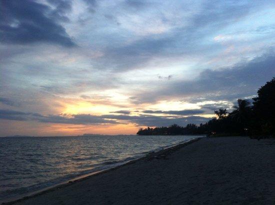 V-View Beach Resort: Sonnenuntergang