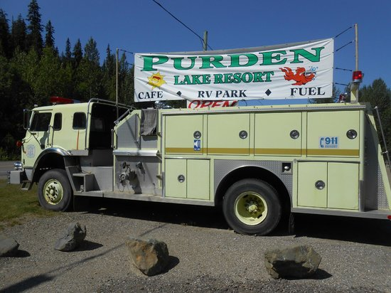 Purden Lake Resort Restaurant: sur le parking un camion de pompier décoratif