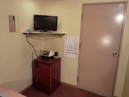 Business Hotel Okazawa: 客室 テレビ・冷蔵庫・入口ドア
