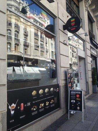 Sushi Store: exterior del local