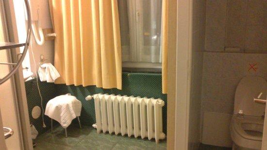 Hotel a la Grande Cloche: Bathroom with view