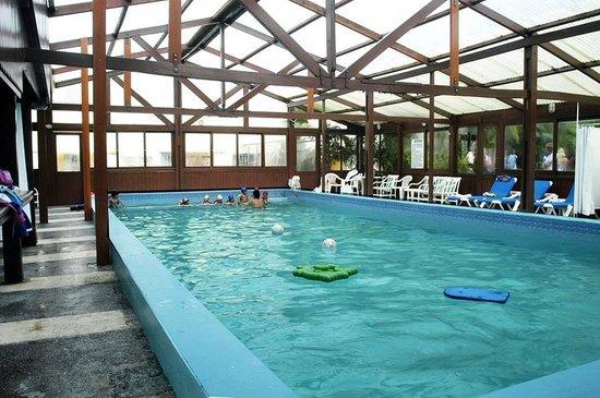 Oasis Parque Hotel: pileta climatizada desde adentro