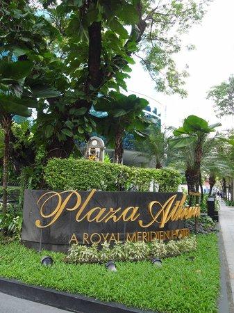 Plaza Athenee Bangkok, A Royal Meridien Hotel: 호텔 입구