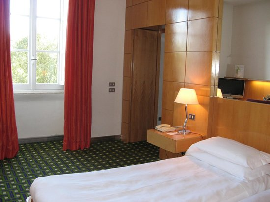 Hotel Albani Roma: twin room with view over park from window and entrance to lounge/wardrobe area and bathroom to r
